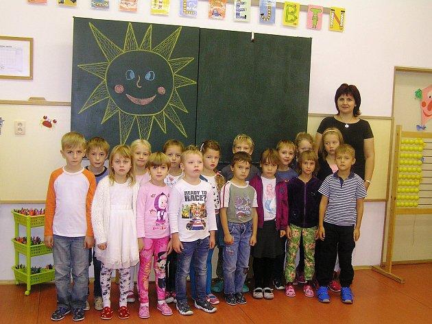 Na snímku jsou žáci první třídy ZŠ a MŠ Česká Bělá střídní učitelkou Evou Wenzhöferovou. Příště představíme prvňáčky ze ZŠ Chotěboř, Buttulova.
