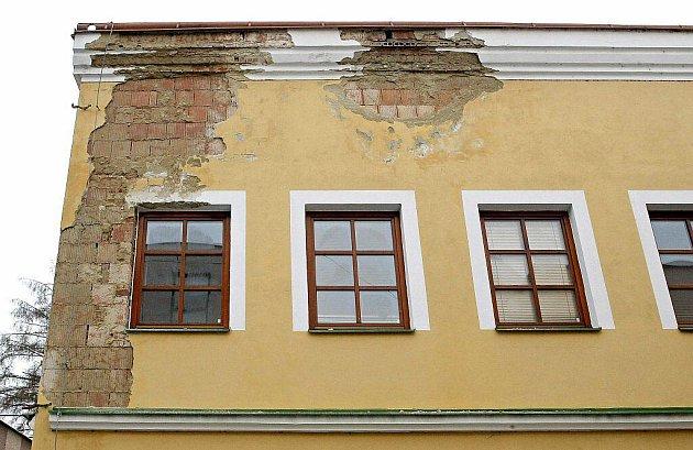 Omítka padající v celých kusech s fasády historického domu v Havlíčkově Brodě,  lekala chodce v Dolní ulici.