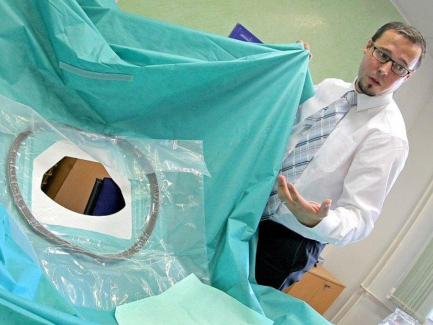 Ředitel společnosti Tomáš Otradovský představuje jednu z největších operačních roušek, které společnost Hartmann-Rico v Havlíčkově Brodě vyrábí.