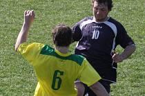 Fotbalisté Dlouhé Vsi (v tmavém) se po prohře na trávníku třetích Janovic ocitli na sestupové třinácté pozici.
