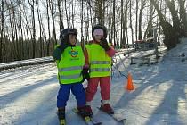 Žáci lyžařské školy ve Vysoké se po svahu pohybují v reflexních vestách. Dobré vybavení a helmy jsou samozřejmostí. Instruktoři je od počátku výuky vedou k tomu, že na sjezdovce lze každou situaci řešit.