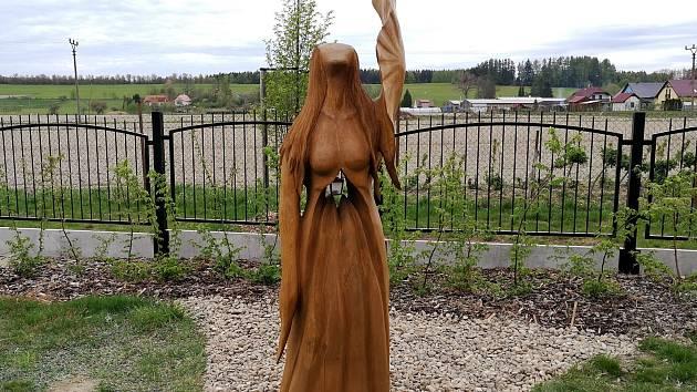 Socha anděla na hřbitově v Sobíňově.