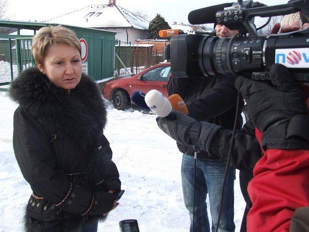 Propuštění Barbory Škrlové z věznice ve Světlé nad Sázavou. Na snímku s novináři hovoří mluvčí věznice, Eva Hodná.