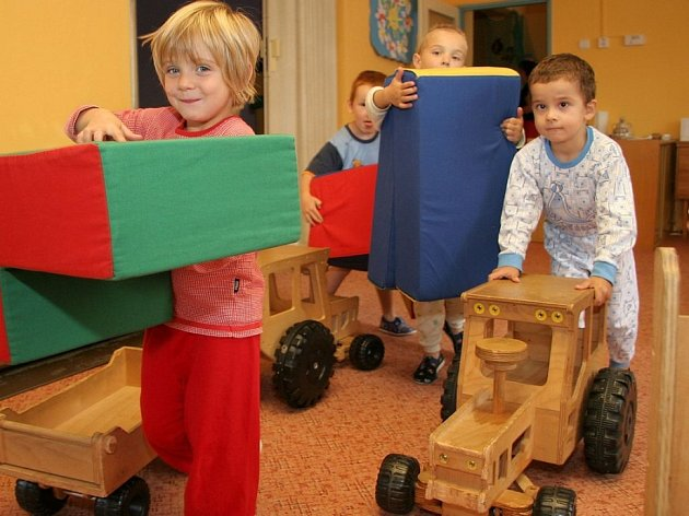 Dětem se v nové školce líbí. Každá místnost má trochu jinou atmosféru. Zmizela socialistická šeď a nahradila ji větší barevnost.