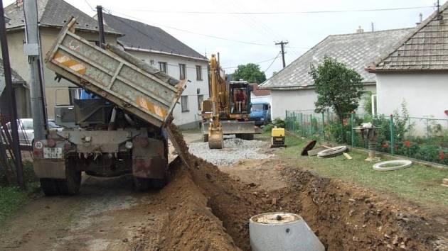Ochrana vod. Rekonstrukce kanalizací se na Vysočině uskutečnila v rámci projektu Ochrana vod povodí řeky Dyje. Práce asi za 600 milionů korun byly od roku 2004 do letoška prováděny na Žďársku a Třebíčsku, dotovala je EU.