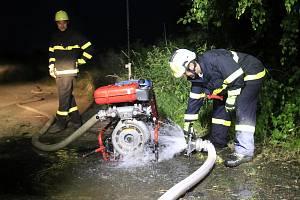 Noční cvičení dobrovolných hasičů u Lomu Borek
