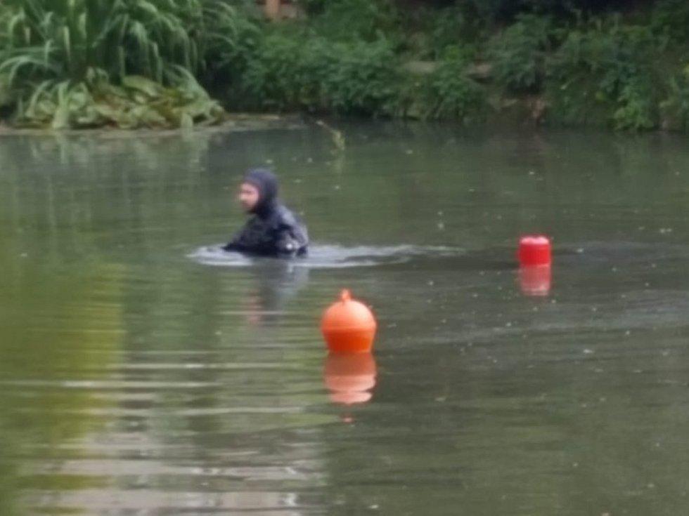 Potapěči pátrají po pohřešované ženě.