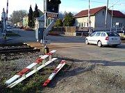 """Železniční přejezd v Golčově Jeníkově přitahuje nehody. Ta zatím poslední naštěstí nebyla tragická, nikdo ani nebyl zraněn. Mladý řidič nákladního auta zde ve čtvrtek odpoledne """"pouze"""" přerazil závoru."""