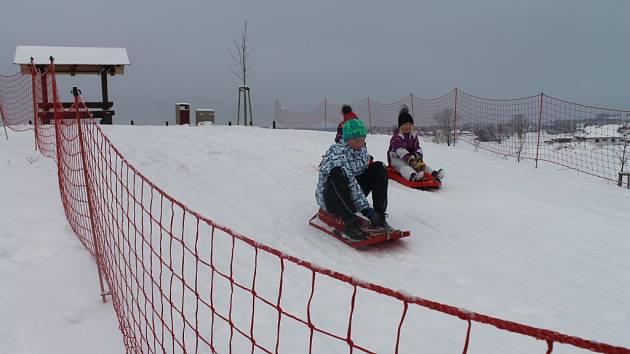 Děti ze Ždírce užívají zimních radovánek na umělém kopci. Dosahuje výšky 12,5 metru a nabízí 120 metrů dlouhý lyžařský a 40 metrů dlouhý sáňkařský svah. Kopec vznikl v místě někdejší deponie zeminy. Radnice místo nechala upravit a opatřila ho mobiliářem.