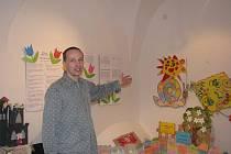 Ředitel Muzea Vysočiny v Havlíčkově Brodě ukazuje, jakých částí prostor se dvouměsíční rekonstrukce dotkla. Kromě drobnějších úprav, jakými byly výměny krytů na elektrických vypínačích, nebo instalace systémů na obrazy, se opravovaly omítky se štuky.