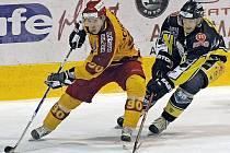 Hokejisté jihlavské Dukly (ve žlutém) dnes přivítají na domácím ledě Kadaň. V utkání budou chtít přerušit mizernou domácí formu, protože už pět utkání v řadě nedokázali na Horáckém zimním stadionu vyhrát.