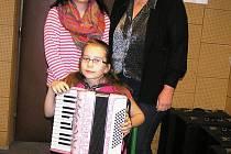 Michaela Šrámková s učitelkou Ivanou Laštovičkovou (vpravo) a maminkou Jiřinou, která jí v hudební dráze od počátku podporuje.