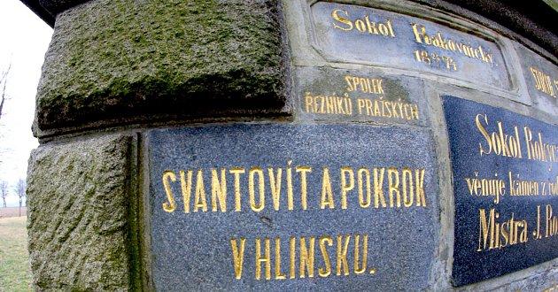 Do mohyly v Žižkově Poli, tehdejším Šenfeldu, byl vložen v roce 1874. O deset let dříve byl vyšit prapor pěveckého spolku zvláštního jména Svantovít, s nímž tehdejší zpěváci k mohyle přišli. K činnosti hlineckého Svantovíta přispěl i Bedřich Smetana.