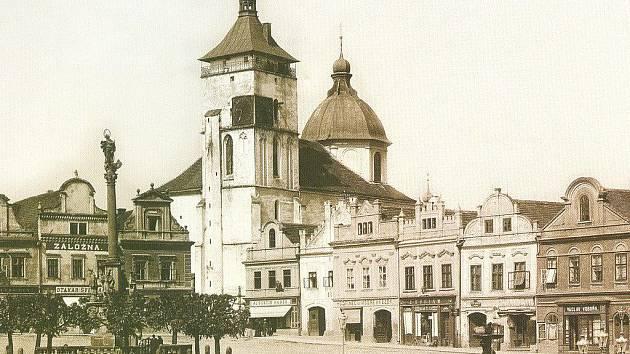 Sloup a kašna. To jsou dvě stavby již staletí neodmyslitelně spjaté s Havlíčkovým náměstím.