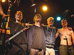 Alternativní rocková skupina FullSTOP z Havlíčkova Brodu funguje již více než jedenáct let. Za tu dobu odehrála přes sto koncertů a několik menších festivalů. Zleva stojí Jan Bárta, Jakub Vaňas, Vladimír Vávra a Vašek Šoupal.