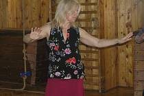 TANCEM KE ZDRAVÍ. Podle lektorky Aishi se tančit může v každém věku.  tanec vychází z přirozených ženských pohybů. Foto:Deník/Štěpánka Saadouni