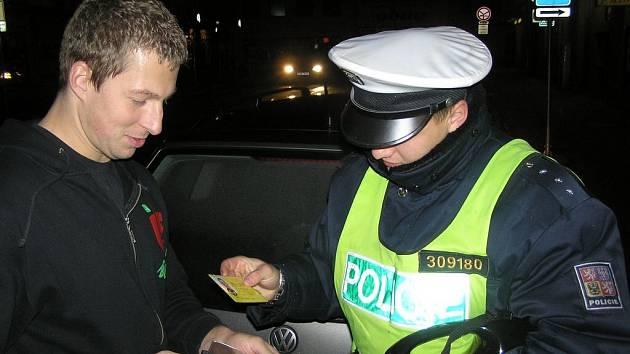 Všechno sedí. Tento řidič mohl vzápětí pokračovat v jízdě. Jiný člověk legitimovaný brodskou policií ale volný neodešel, ráno putoval s policejní eskortou k soudu.