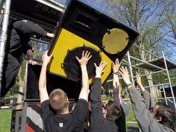 Na pronajatý pozemek v Lipnici nad Sázavou zamířily o víkendu desítky vyznavačů techno hudby.