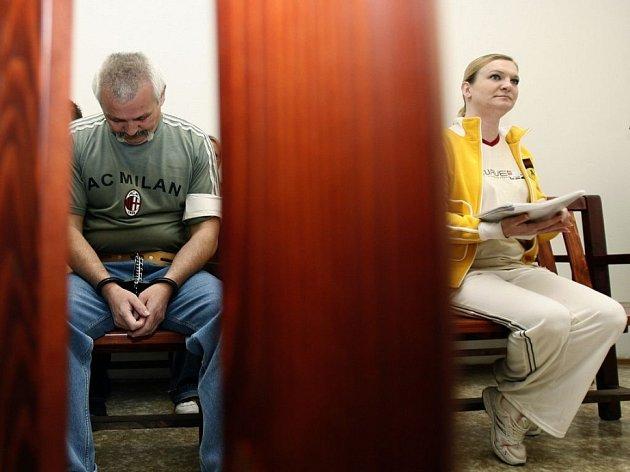 Trest. Pražský městský soud v úterý rozhodl. Manželé Chovancovi mají jít na patnáct let do vězení za vraždu italského karabiniéra. Proti rozsudku se oba na místě odvolali.