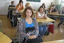 Jana Bártová z Habrů (v popředí) trpí sluchovým postižením, ale bez problémů se dokáže orientovat i ve světě zdravých. Dokonce s velmi dobrým prospěchem absolvovala školní docházku a chystá se studovat na gymnáziu.