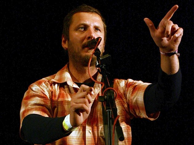Frontman kapely Divokej Bill se do Havlíčkova Brodu rád vrací.  Kromě toho se muzikanti letos chystají na velkou oslavu. Ta proběhne už v červnu. Vlastním bigbítovým festivalem tak oslaví deset let fungování.