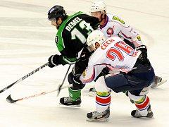 O krok napřed. Hokejisté Mladé Boleslavi (v tmavém útočník Tomáš Demel) neměli s třebíčskými hokejisty žádné slitování. O své výhře rozhodli třemi rychlými góly během prostřední dvacetiminutovky.