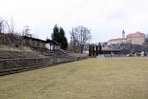 Tribuna na fotbalovém stadionu v těsném sousedství řeky Sázavy už byla zbavena střechy. Radnice by do budoucna ráda notně chátrající areál zrevitalizovala.