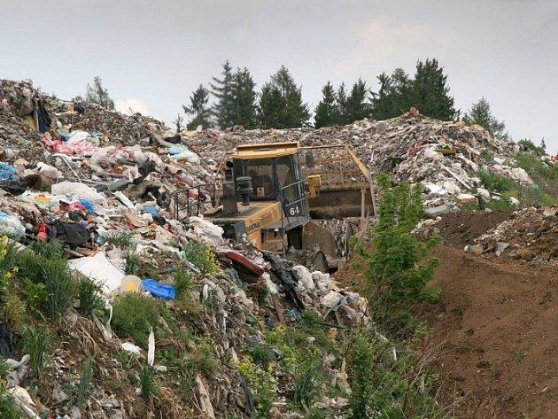 Tisíce tun odpadků. Světelská skládka začala psát další kapitolu své existence. Poté, co byla naplněna první etapa skládky, připravila se během dvou měsíců etapa druhá, takže ukládání komunálního odpadu může bez problémů pokračovat.