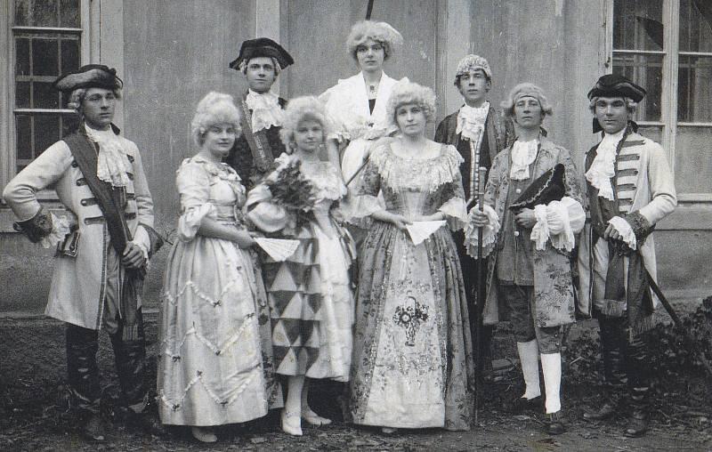 Dcery Muchovy v divadelním souboru.