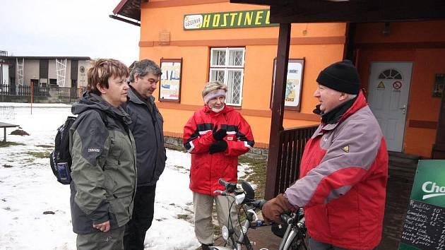 Zimním Podoubravím šlo ze Sobíňova 210 lidí,  obecní kohout zval na Léto v Železných horách.