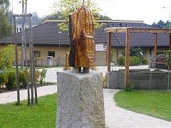 Autorem řezby je Luboš Novotný, kamenný podstavec je z dílny Josefa Dolejšího. Foto:Deník/Štěpánka Saadouni