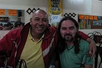 S indiánem Mapuche se Jaroslav  Panáček setkal v hospodě ve městě Linares. Podle představ, které má o indiánech většina Evropanů, vypadá jako indián spíše cestovatel z Česka.