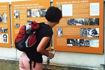 Na budově školy mohou zájemci vidět expozici o dvou umělcích.