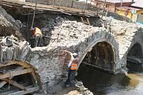 Zdlouhavost. První opravy mostu započaly v Ronově nad Sázavou už vloni v létě. Rekonstrukci už několikrát brzdily zdlouhavé problémy, nyní však práce opět běží naplno.