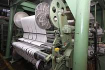 """Třicet let Josef Benc mistrovsky seřizoval tkací stavy a další stroje. Náhlá smrt téměř dvě století staré kapitoly textilního průmyslu vPřibyslavi strojního zámečníka bolí natolik, že se odmítl u technických """"miláčků"""" vyfotografovat."""