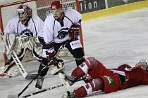 Porážka. Úvodní barážové utkání chotěbořským hokejistům (na snímku v bílém při derby se Žďárem) nevyšlo. V domácím prostředí nestačili na Vrchlabí a v   sérii prohrávají 0:1 na zápasy.