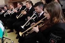 Z plných plic. V chotěbořském Dechovém orchestru mladých je silně zastoupeno něžné pohlaví. Na snímku první zprava hraje trumpetistka Pavla Kolářová.