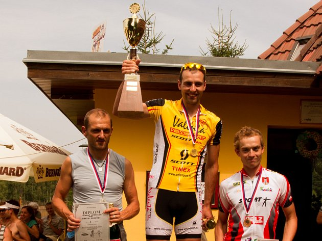 Zlatý hattrick získal v triatlonovém závodě na Melechově čerstvý mistr České republiky v duatlonu, Václav Holub (uprostřed).