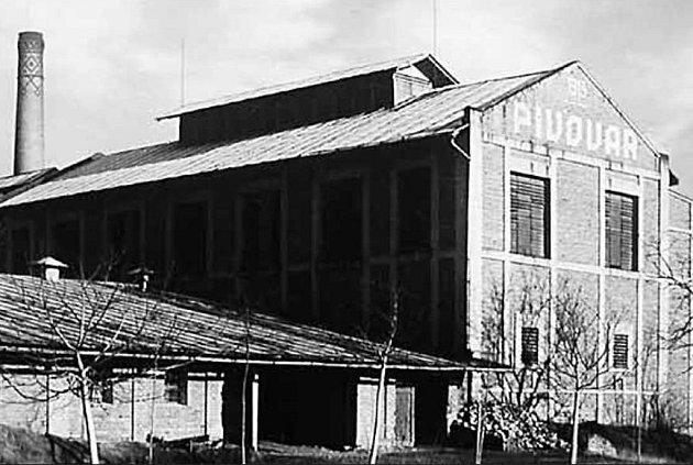 Pivovar v Golčově Jeníkově na archivním snímku z r. 1920. V červnu 2009 byl zbourán.