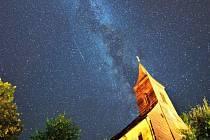 Nebe plné padajících hvězd.