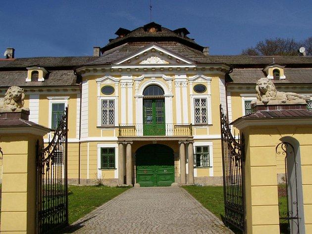 V úsobském zámku je až do neděle přístupná výstava Sklářská výroba v Úsobí – od počátků k Nové vlně českého broušeného skla.