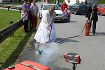 Petra Janáčková ze Žižkova Pole a Radek Sikora z Olešenky jsou oba dobrovolní hasiči, a tak na svatbě ukázali, jak se hasí požár.