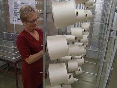 Václava Kruntorádová (na snímku) pracuje v havlíčkobrodské textilce už dlouhá léta. Patří mezi nejzkušenější zaměstnankyně. Do podniku nastoupila ihned po vyučení.