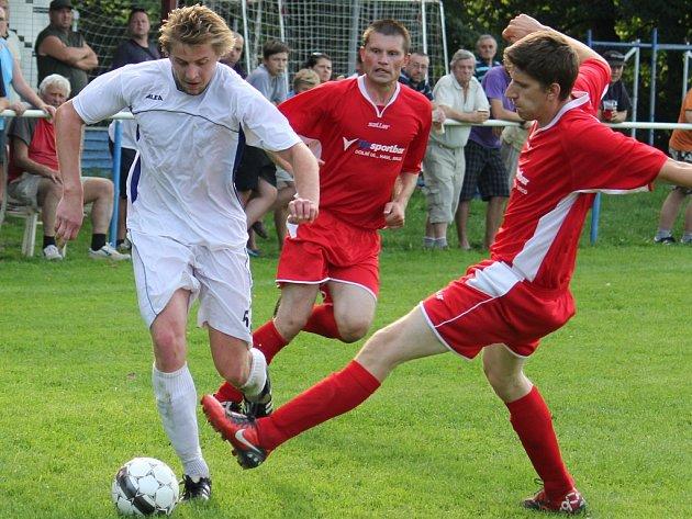Slavit postup chtějí po zápase v Leštině fotbalisté brodského béčka (v bílém).