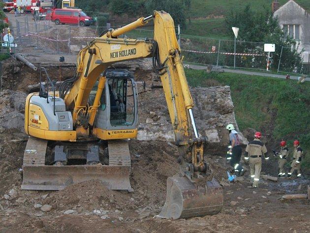 Na pracující dělníky se most zřítil vloni 4. září. Vyprošťovací práce sice začaly hned poté, ale dle rozsahu poškození bylo od začátku zřejmé, že se nehoda neobejde bez obětí.