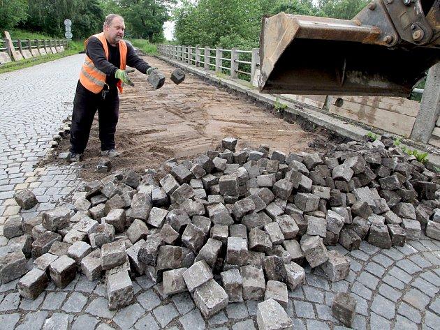 Řidiči, STOP! Bagrista Jiří Tvrdík byl včera ráno prvním dělníkem, který začal v Poříčí rozebírat silniční most přes železniční trať Havlíčkv Brod – Brno.