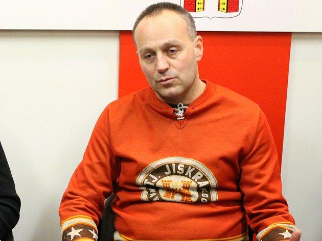 Dobrá nálada. Ta vládla i přes porážku u Petra Nováka na tiskovce, kde chtěl podávat buřty s cibulí.