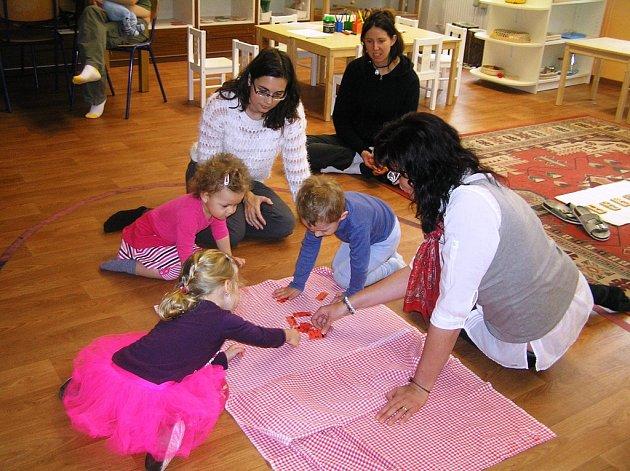 Škola hrou. U montessoriho metody  se i tříleté děti naučí poznávat čísla, aniž by je to zatěžovalo.