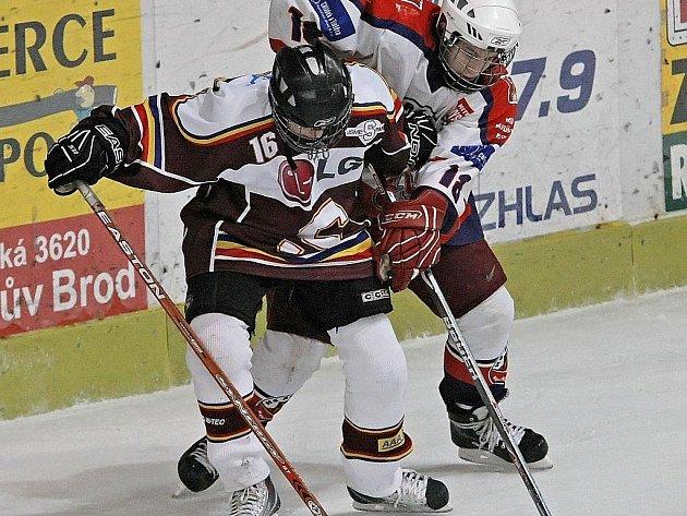 Brodští mladší dorostenci (v bílém) si z Českých Budějovic odvezli jeden bod za remízu v normální hrací době.