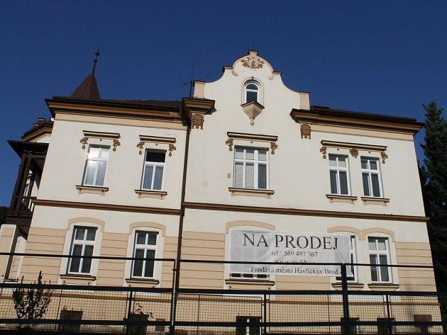 Vila nemůže ujít pozornosti snad nikoho, kdo projíždí městem po rušné Masarykově ulici.